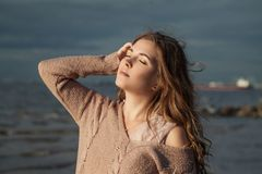 有吹的头发的壮观的女孩 图库摄影
