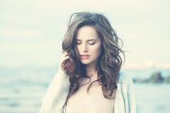有吹的头发的美丽的深色的女孩 图库摄影