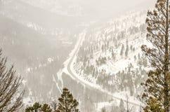 有吹的雪的山路 免版税库存图片