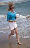 有吹跑在海滩的头发的妇女 库存图片