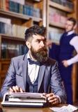 有周道的面孔的有胡子的作家键入在打字机的 免版税库存照片