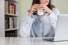 有咖啡休息在白色书桌在家办公室 库存照片
