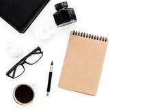 有咖啡和墨水白色桌背景顶视图嘲笑的减速火箭和现代作家桌面 免版税库存图片