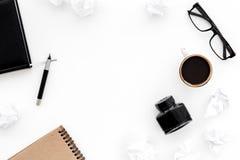 有咖啡和墨水白色桌背景顶视图嘲笑的减速火箭和现代作家桌面 免版税库存照片