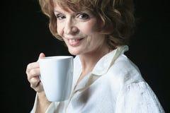 有咖啡微笑的社会妇女 免版税库存图片