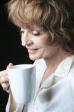有咖啡微笑的社会妇女 免版税库存照片