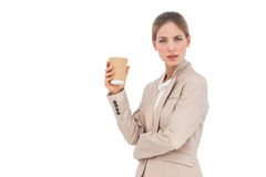 有咖啡杯的严肃的女实业家 免版税图库摄影