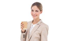 有咖啡杯的微笑的女实业家 免版税库存图片
