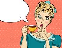 有咖啡杯的性感的白肤金发的流行艺术妇女 皇族释放例证