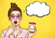 有咖啡杯的惊奇流行艺术妇女 广告海报或党邀请与性感的女孩有哇面孔的 向量例证