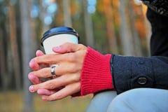 有咖啡杯的手 图库摄影