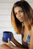 有咖啡杯的美丽的年轻西班牙妇女 免版税库存图片
