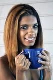 有咖啡杯的美丽的年轻西班牙妇女 库存照片