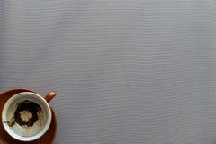 有咖啡渣的空的棕色陶瓷杯子 库存照片