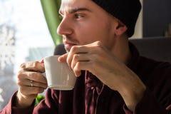 有咖啡的体贴的人 免版税库存照片
