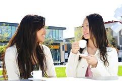 有咖啡的女朋友 免版税库存照片