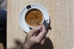 有咖啡的手妇女 图库摄影