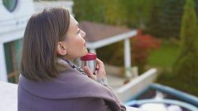 有咖啡的沉思妇女在阳台在冷的秋天天站立,做准备 股票视频