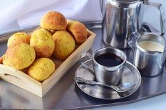 有咖啡的浪漫早餐银盘子,咖啡牛奶新月形面包和新鲜上升了 健康生活方式 免版税库存照片