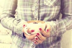 有咖啡的行家女孩 免版税库存照片