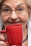 有咖啡的年长妇女 免版税库存照片