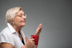 有咖啡的年长妇女 库存图片