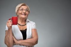 有咖啡的年长妇女 免版税图库摄影