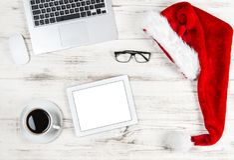 有咖啡膝上型计算机片剂个人计算机圣诞节装饰的办公桌 免版税图库摄影