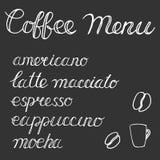 有咖啡菜单、咖啡杯和咖啡豆的简单的黑板 库存照片