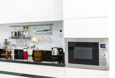 有咖啡角落的厨柜在现代家庭客厅 库存图片