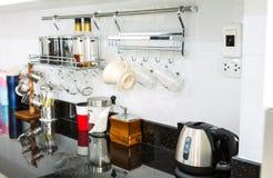 有咖啡角落的厨柜在现代家庭客厅 免版税库存图片