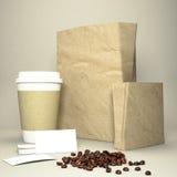 有咖啡豆和纸袋的咖啡杯 免版税库存图片