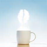 有咖啡豆标志的咖啡杯 图库摄影