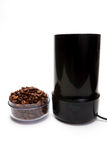 有咖啡豆电研磨机的杯 库存照片