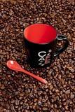 有咖啡beands的空的咖啡杯 免版税库存照片