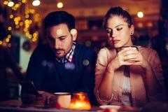 有哀伤的夫妇冲突和关系问题 免版税库存照片