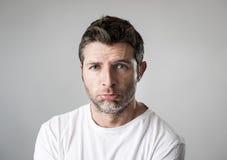 有哀伤的蓝眼睛和沮丧看起来的人偏僻和遭受的消沉感觉哀痛 免版税库存图片