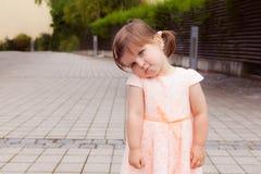 有哀伤的面孔的美丽的逗人喜爱的小女孩 免版税库存图片