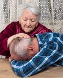 有哀伤的年长儿子的老母亲 库存图片