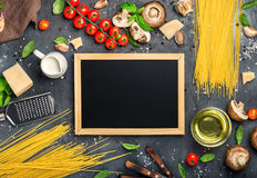 有品种成份的小粉笔板烹调的意大利p 免版税图库摄影