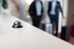 有响铃现代豪华旅馆招待会柜台的书桌 免版税图库摄影