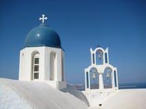 有响铃的圣托里尼蓝色和白色教会 免版税库存照片