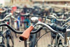 有响铃的把手 在自行车响铃的焦点 免版税图库摄影