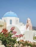 有响铃的白色教会和蓝色圆顶在Oia,圣托里尼,希腊海岛 库存照片