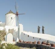 有响铃的白色教会和蓝色圆顶在Oia,圣托里尼,希腊海岛 免版税库存照片