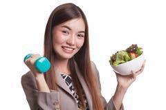 有哑铃和沙拉的健康亚裔妇女 免版税库存图片