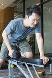 有哑铃的一个人锻炼初学者 免版税图库摄影