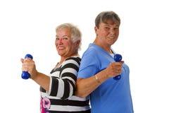 有哑铃的女性前辈 免版税库存照片
