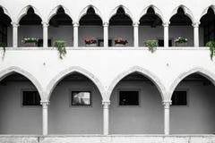 有哥特式曲拱和专栏的修道院 库存照片