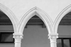 有哥特式曲拱和专栏的修道院 免版税图库摄影